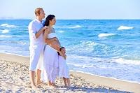 海辺に立つ外国人家族