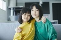 寄り添う日本人姉妹