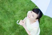 梅雨 傘をさす日本人女性