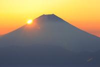 静岡県 千枚岳から望む夜明けの富士山と朝日