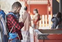 浅草を観光する外国人男性