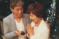 夫からプレゼントをもらう日本人のシニア女性