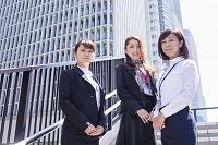 ビル街の階段に立つ日本人ビジネスウーマン