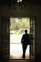 ドアの側に佇む男性のシルエット