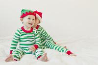 クリスマス 双子コーデの外国人の赤ちゃん