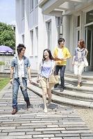 キャンパスを歩く男女大学生