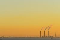千葉県 海ほたるSAから望む朝の火力発電所