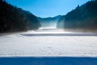 島根県 雪の棚田に漂う蒸気霧