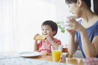 朝食を食べる日本人親子