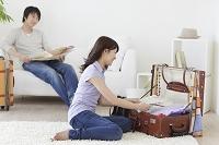 旅行の準備をする若いカップル