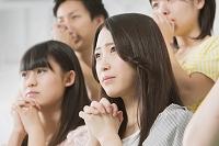 祈る日本人サポーター