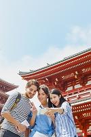 浅草寺を観光する外国人と日本人