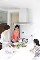 キッチンの三世代日本人女性ファミリー