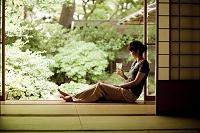 縁側に座る日本人女性