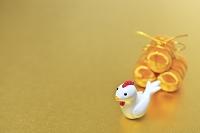 金箔の上に置かれた酉の置物と米俵
