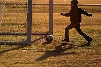 サッカーする子供