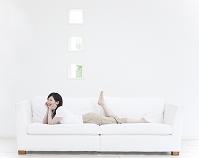 ソファに寝転ぶ日本人女性