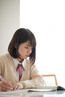 家庭学習をする女子学生