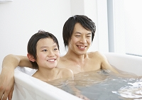 お風呂に入る父子