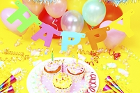 パーティーのカップケーキとキャンドル