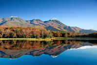 北海道 紅葉の知床二湖と知床連山