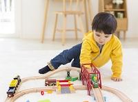 玩具で遊ぶ日本人の男の子
