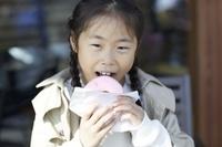 ドーナツを食べる日本人女の子