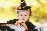 ハロウィンの衣装を着たハーフの赤ちゃん