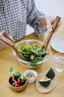サラダを調理する女性の手元