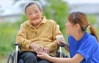 老人介護施設 テラスでくつろぐ母