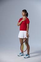 胸に手を当てるテニスプレーヤー