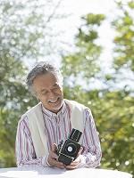 カメラを持つ中高年日本人男性
