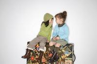 スーツケースに座る女の子たち