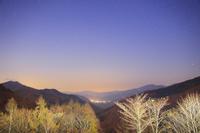 長野県 分杭峠より高遠方向の山並みと星空