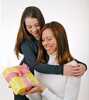 母の日にプレゼントを贈る女の子