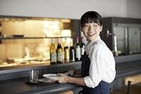 笑顔のレストランの店員