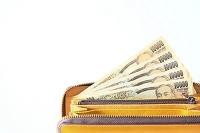ゴールドの財布と1万円札