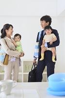 慌ただしく出勤準備をする共働き夫婦と双子の赤ちゃん