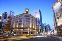 東京都 夕暮れの銀座四丁目交差点