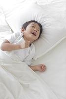 ベッドでくつろぐ寝起きの日本人の男の子