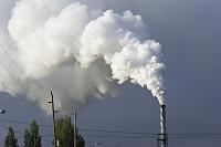 工場の煙突から出る白い煙