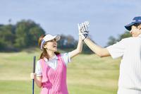 ゴルフを楽しむ若い日本人女性