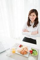 腕を組むビジネス女性