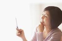 携帯電話を見るシニア日本人女性