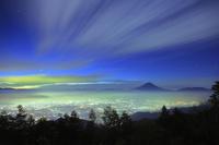 山梨県 甘利山から望む未明の富士山と甲府盆地