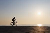 サイクリングする女性