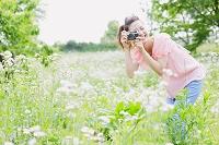 クラシックカメラを構える若い日本人女性