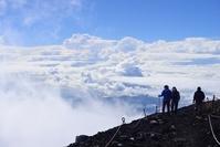 静岡県・山梨県 富士山頂の登山者