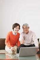 パソコンを見るシニア夫婦