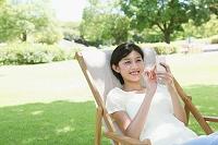 デッキチェアでくつろぐ日本人女性